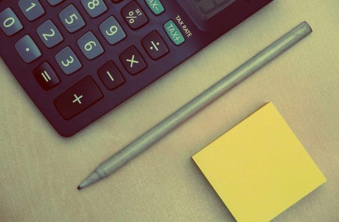 imagen de una calculadora, lápiz y post-it