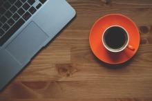 Imagen de un ordenador portátil y una taza de café