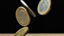 Imagen de unos euros cayendo