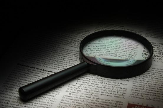 Imagen de una lupa sobre un documento